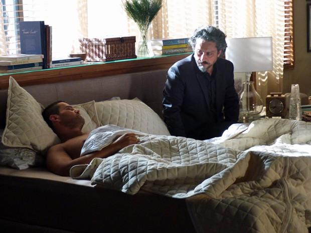 Comendador espera Maurílio acordar para ter conversa a sós com ele (Foto: Gshow)