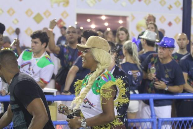 Ludmilla corre para chegar até camarote (Foto: Daniel Pinheiro/AgNews )