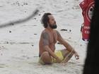 Paulinho Vilhena medita e pega onda em praia do Rio de Janeiro