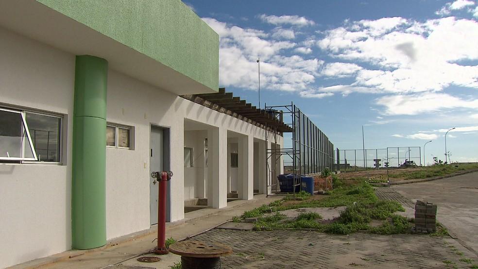 Além da ferrugem, mato tomou conta de partes da área da penitenciária de Itaquitinga durante os anos de obra parada (Foto: Reprodução/TV Globo)