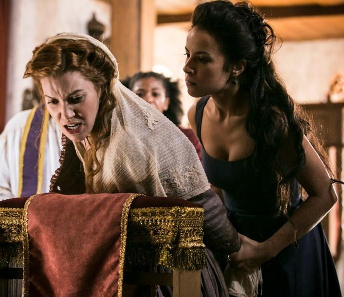 Joaquina e Branca têm confronto na igreja (Foto: Raphael Dias/TV Globo)