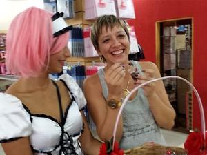 Gerente Adriana Napoli brinca ao experimentar brigadeiro vendido por Gabrielle Rosa, em Valinhos (Foto: Fernando Pacífico / G1 Campinas)