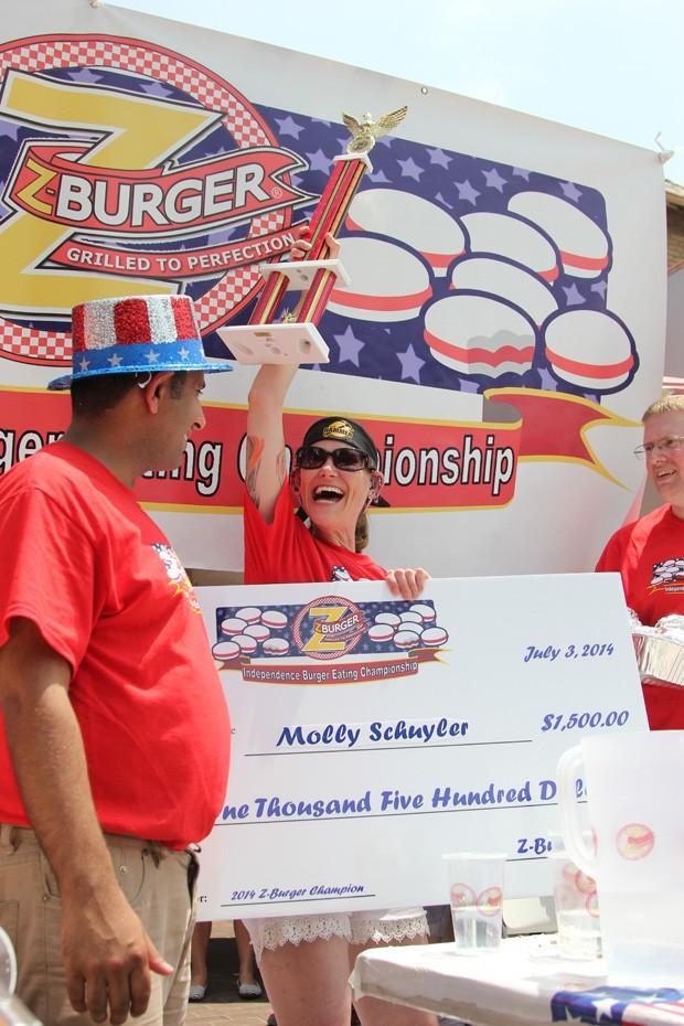 Mãe de quatro filhos e dona de um recorde mundial,  Molly Schuyler  ganhou prêmio de US$ 1.500 ao comer 26 hambúrgueres em 10 minutos (Foto: Connor Radnovich/AP)