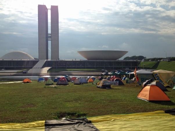 Grupo acampado em frente ao Congresso Nacional (Foto: Gabriel Luiz/G1)