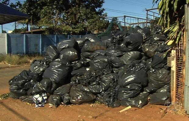 População denuncia que, além de entulho, lixo doméstico também está se acumulando em lotes baldios de Goiânia, Goiás (Foto: Reprodução/TV Anhanguera)