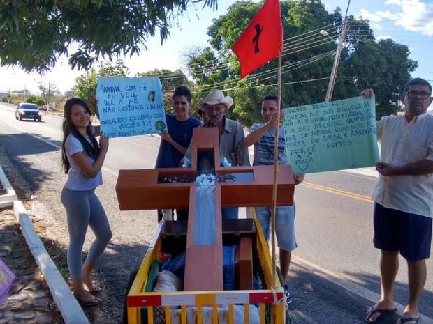 Várias pessoas apoiaram a família durante peregrinação (Foto: Raily Pereira/Arquivo Pessoal)