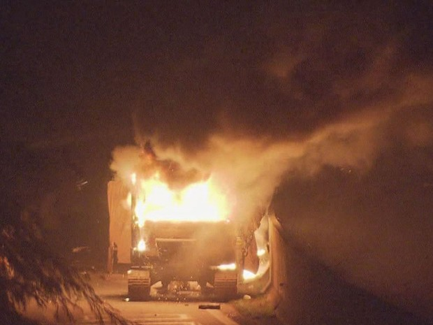 Manifestantes que atearam fogo em ônibus na Vila Esperança (Foto: Reprodução/TV Tribuna)