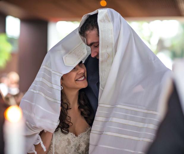 Yamila e Michel cobertos pelo talit, o xale de orações  (Foto: Coletivo 3)
