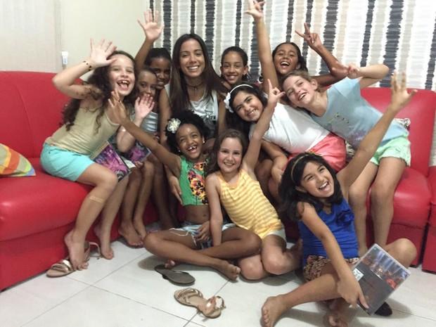 Anitta faz supresa para Luiza e as amiguinhas (Foto: Divulgação)