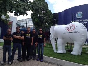 Policiais federais simbolizam inquéritos policiais com elefantes brancos (Foto: Catarina Costa/G1)
