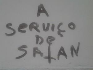 Adolescentes picharam a área externa da igreja (Foto: Fábio Campos / TV TEM)