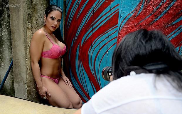 Making of Graciella Carvalho posando para o Paparazzo (Foto: Roberto Teixeira / Paparazzo)