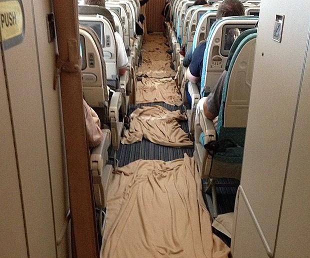 Cobertores foram colocados no chão após turbulência em voo da Singapore Airlines (Foto: Reprodução/Instagram/alan_crossx)