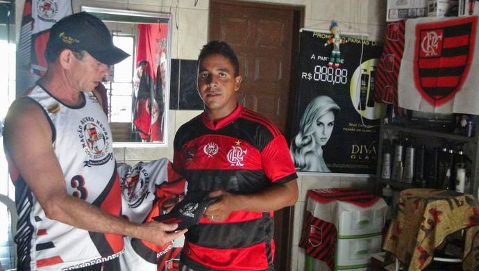 Folião compra um kit para desfilar no bloco do Mengão (Foto: Denison Roma / GloboEsporte.com)