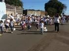 Alunos e professores marcham pedindo paz em Taguatinga, no DF