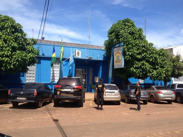 Após ser preso, o vereador foi conduzido até a Delegacia de Polícia Federal, em Guajará-Mirim, e depois transferido para Porto Velho. (Foto: Junior Freitas/G1)