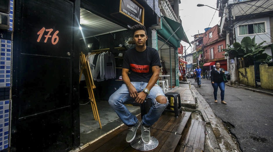 Rogeiro, dono da loja Malokeiros, na favela de Paraisopolis Foto:  (Foto: Gabriela Biló/Estadão Conteúdo)