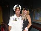 Com a filha em recuperação, mãe de Lindsay Lohan cai na balada
