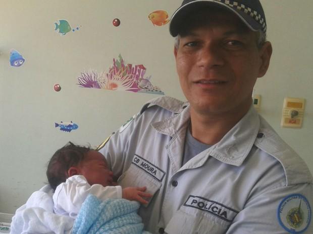 Cabo Cleiton Moura visita o bêbe Wallace William no hospital (Foto: Arquivo pessoal)