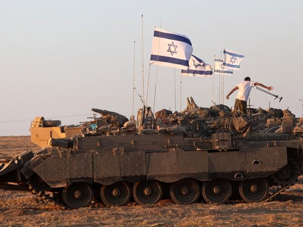 26/7: Veículo armado israelense se posiciona na fronteira entre Israel e a Faixa de Gaza (Foto: Gil Cohen-Magen/AFP)