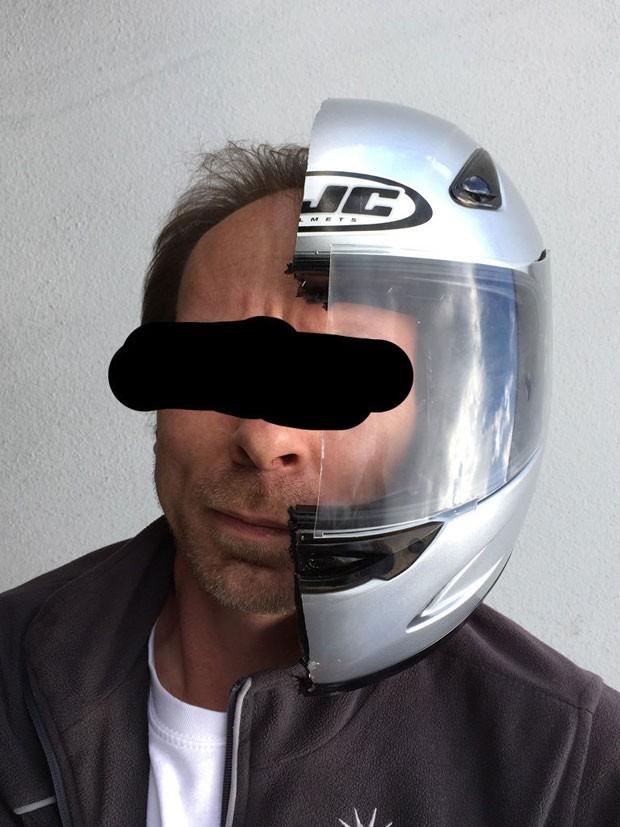 Homem posa com metade de capacete oferecida em leilão na internet (Foto: Reprodução/Ebay.de)
