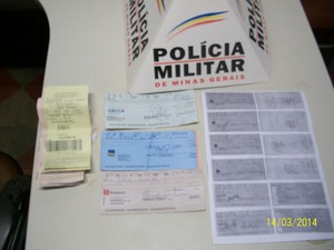 caminhoneiro tentou abstecer com cheques falsos em Oliveira (Foto: Polícia Militar/Divulgação)
