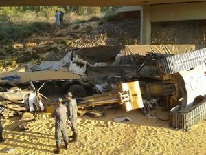 Acidente entres dois caminhoes na BR-354 em Formiga (Foto: Polícia Rodoviária Federal/Divulgação)