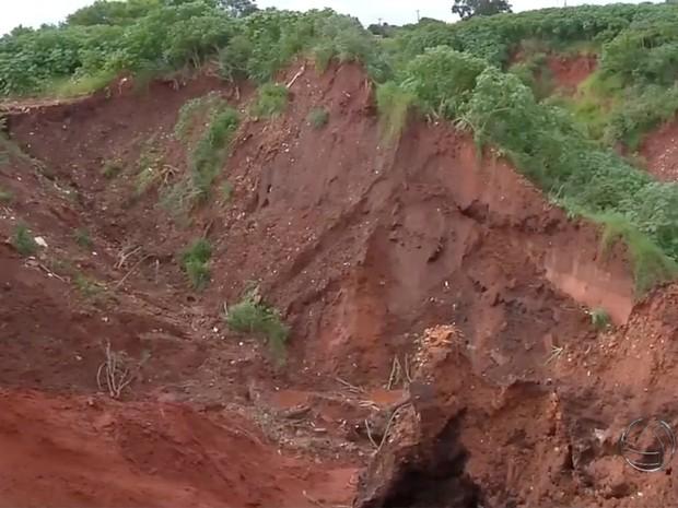 Erosões provocadas por chuva em Ivinhema preocupam moradores (Foto: Reprodução/ TV Morena)