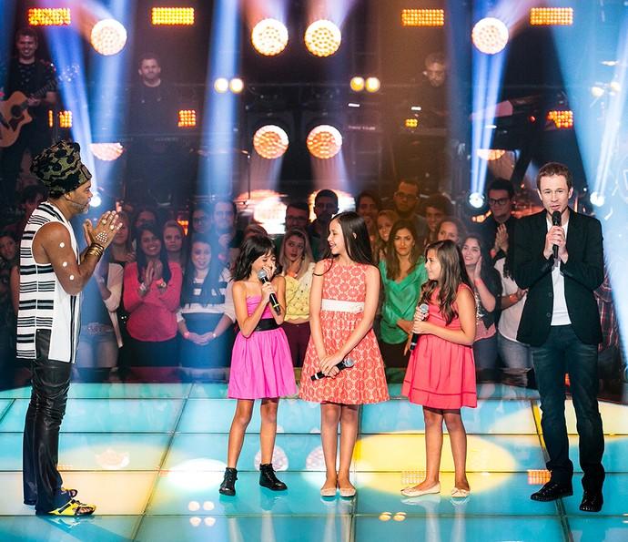 Iris Pereira, Laís Amaro e Maria Fernanda da Costa são aplaudidas pelo técnico Brown após apresentação  (Foto: Isabella Pinheiro/Gshow)
