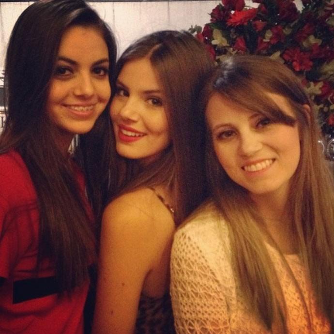 Camila Queiroz e as irmãs Caroline e Melina (Foto: Arquivo Pessoal)