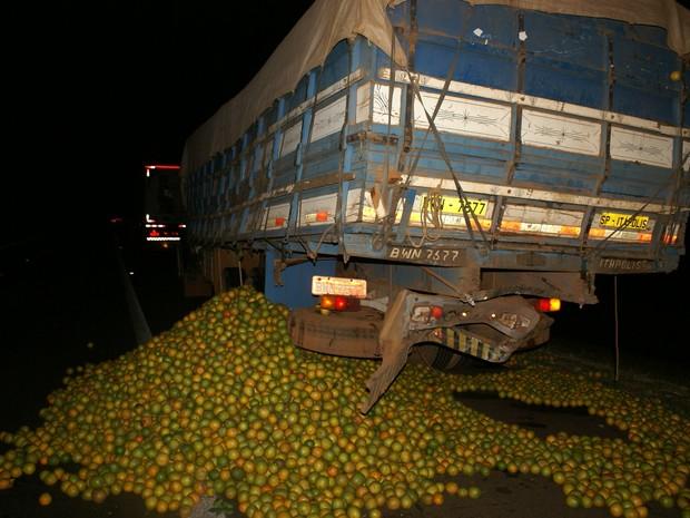 Carga de laranja chegou cair na rodovia após colisão (Foto: Maury Junior/Matão Urgente)