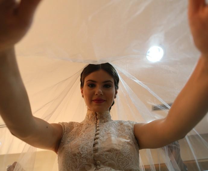Camila Queiroz brinca com o véu (Foto: Isabella Pinheiro/Gshow)