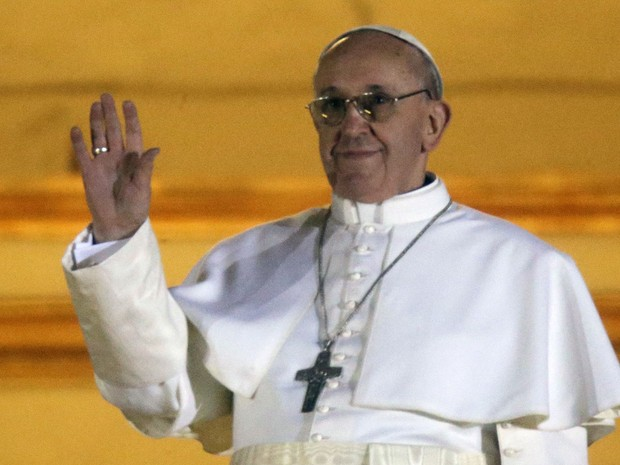 Papa Francisco acena para a multidão depois do anúncio na sacada (Foto: Gregorio Borgia/AP)