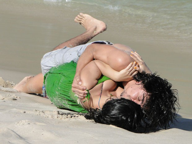 Pedro e Gracinha rolam na areia da praia (Foto: Amor Eterno Amor/TV Globo)