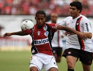 Eduaro do Joinville e Zezinho do Atlético-PR (Foto: Geraldo Bubniak / Ag. Estado)