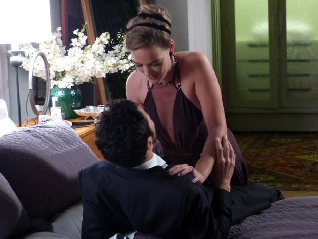 Amanda decide relembrar os velhos tempos com o primo (Foto: Impéro/TV Globo)