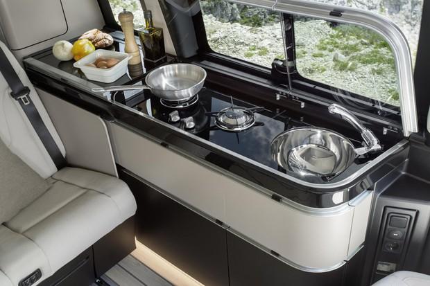 Móvel com fogão, geladeira e pia se estende pela lateral do compartimento (Foto: Divulgação)