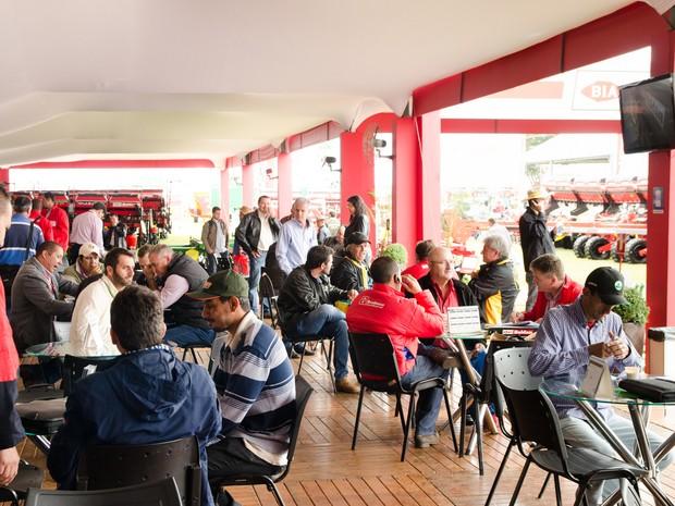 Compradores e vendedores travam negociações em estande da Agrishow 2016 (Foto: Érico Andrade/G1)