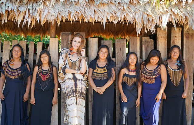 Chiara Gadaleta com as índias Wai Wai  (Foto: Divulgação)