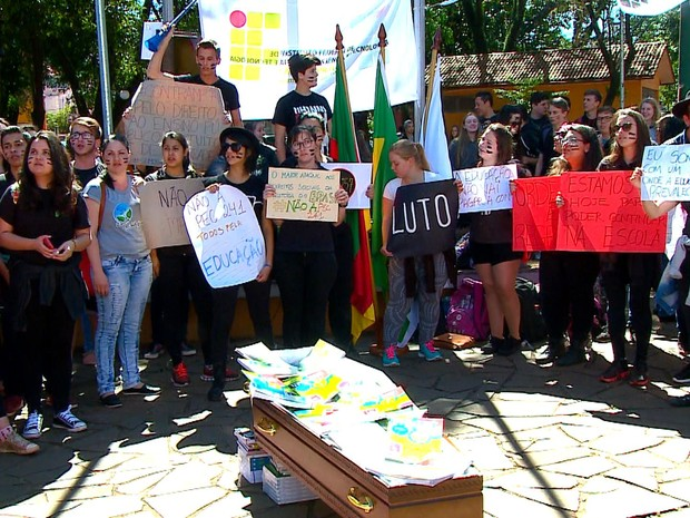 Caixão foi usado em protesto em Santa Rosa contra a PEC 241 (Foto: Reprodução/RBS TV)