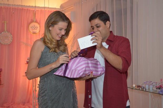 Debby Lagranha e marido abrem presente em chá de bebê (Foto: William Oda/Fotorio News)