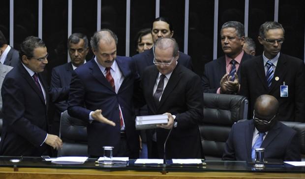 O novo ministro da Casa Civil, Aloizio Mercadante, entrega mensagem da presidente Dilma Rousseff ao presidente do Congresso, Renan Calheiros (PMDB-AL), ao lado do presidente da Câmara, Henrique Alves (PMDB-RN) e do presidente do STF, Joaquim Barbosa (Foto: Laycer Tomaz/Câmara)