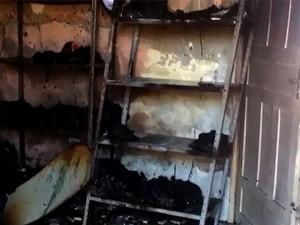 Documentos, inquéritos e vários equipamentos da delegacia foram destruídos pelas chamas  (Foto: Angicos Notícias/Leonardo Ribeiro)