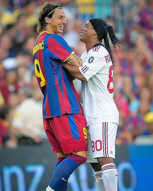 O post em que Ronaldinho Gaúcho dava parabéns pelo aniversário do jogador sueco Zlatan Ibrahimovic foi o campeão de curtidas no Instagram do atleta brasileiro em 2016: 531 mil pessoas deram like na foto (Foto: Reprodução/Instagram)
