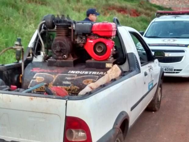 Trio foi detido com equipamento para extrair água do local (Foto: Divulgação/ GCM Tatuí)