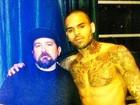 Tatuador de Chris Brown diz que Rihanna não foi inspiração de desenho
