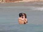 Emma Watson namora no mar do Caribe