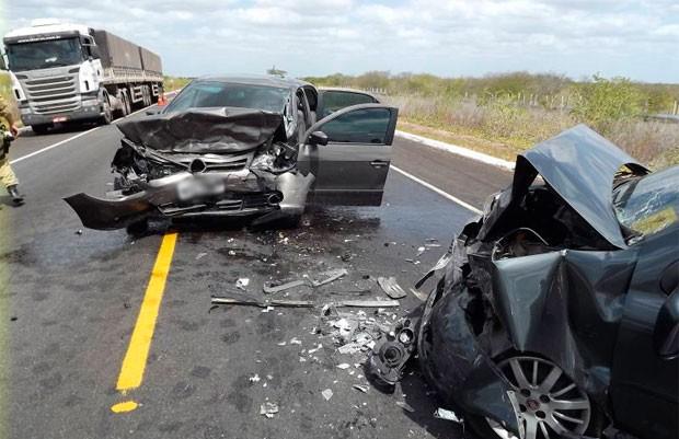Carros colidiram frontalmente a 30 quilômetros de Mossoró, cidade do Oeste potiguar (Foto: Marcelino Neto)