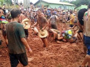 Banho de lama é tradição na Festa da Cucagna em comunidade tirolesa em Piracicaba (Foto: Suzana Amyuni/G1)