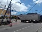 Motorista de caminhão derruba poste e fiação em Fortaleza ao tentar retorno